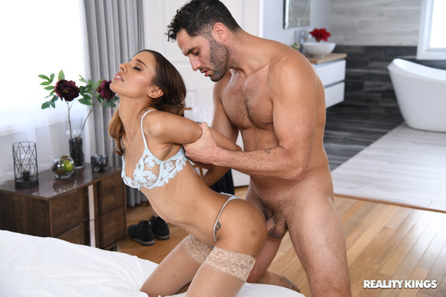 Wife gets big dick in the pussy